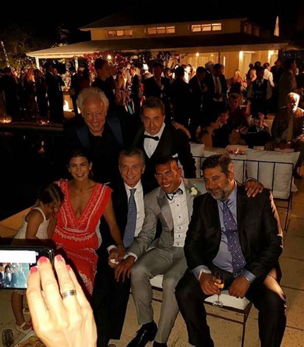 Mauricio Macri, Juliana Awada, Antonia, Guillermo Cópola, Daniel Angelici y Horacio Paoli en el casamiento de Tevez (Crédito: Twitter: La Mitad Más 1)