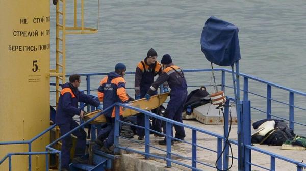 Equipos de rescatistas trasladan los restos del avión caído en el Mar Negro (AP)