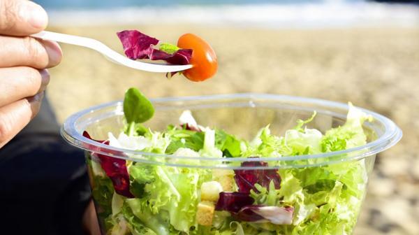 El secreto es elegir los alimentos con prudencia, ser moderados con las porciones y tratar de permanecer lo más activos posible durante el viaje (iStock)