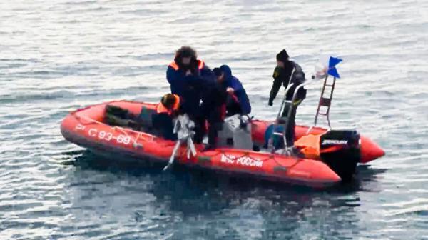 Rescatistas extraen restos de la aeronave de las aguas del mar Negro (AP)