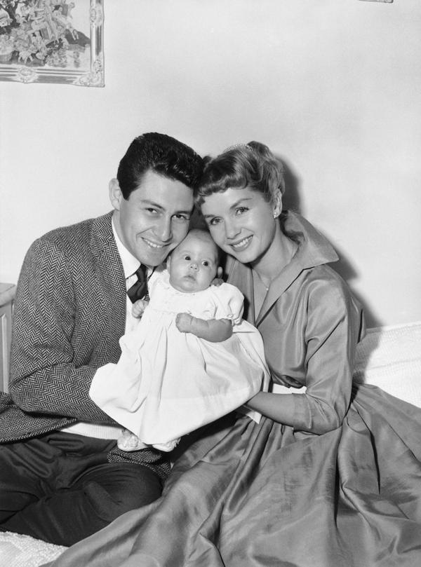 Eddie Fisher, Debbie Reynolds y Carrie Fisher en una foto de 1957 (AP)