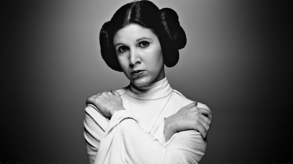 Carrie Fisher en su papel de la princesaLeia, con su tradicional peinado (Star Wars)