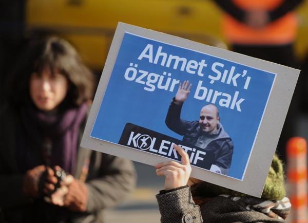 Protesta en 2011 por la liberación del periodista Ahmet Sik (AP)
