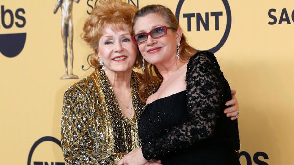 Debbie Reynolds junto a su hija, Carrie Fisher, en enero de 2015
