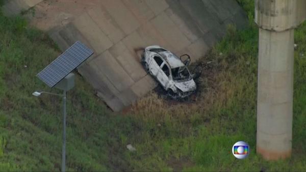 El cuerpo fue hallado dentro de un auto prendido fuego en Río (Reuters/Captura de pantalla)