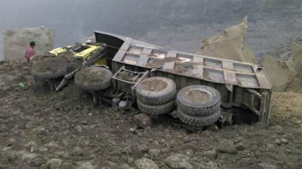 India : Al menos 10 muertos y 3 desaparecidos por el derrumbe de una mina