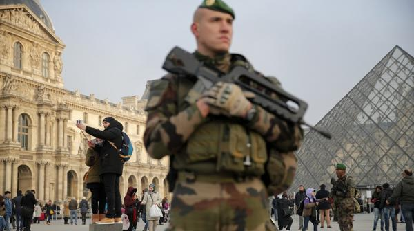 Un soldado francés custodia las calles de París (AP)