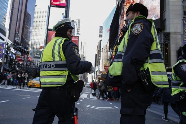 Oficiales en Times Square (AFP)