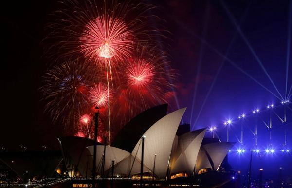 Las doce campanadas en Sídney sonaron a las 13:00 GMT del día 31 de diciembre en la parte occidental del mundo. Unas horas antes, a las 10:00 GMT, los australianos y turistas tuvieron un anticipo de fuegos artificiales (Reuters)