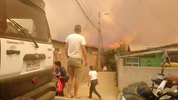 Un hombre observa las llamas
