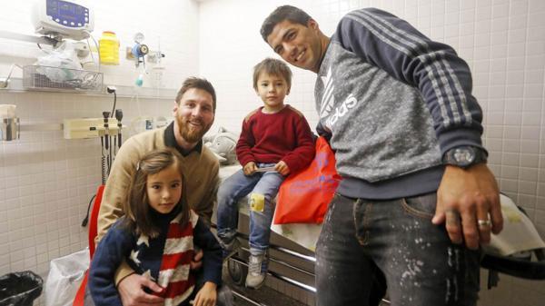 Messi y el plantel de Barcelona visitaron hospitales de niños
