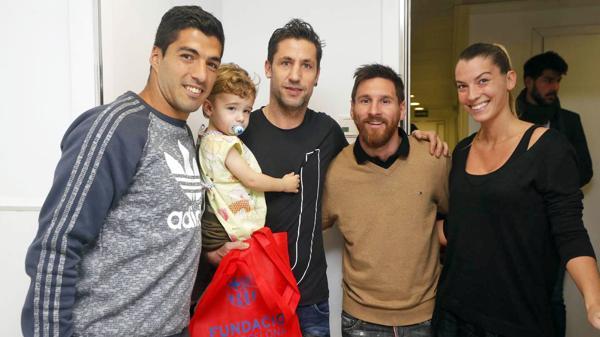 Messi y Suárez junto a Capdevila y su familia