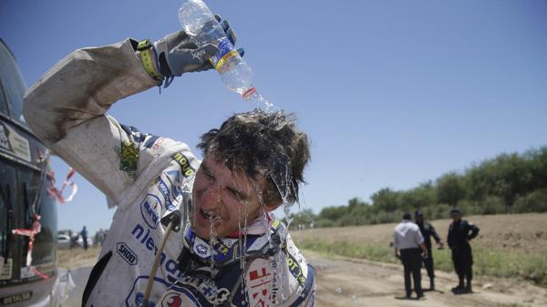 El piloto francés de Yamaha Xavier De Soultrait refresca su cabeza luego de completar la segunda etapa del Rally Dakar 2017 (AP)