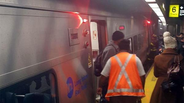 Al menos 37 personas resultaron con heridas leves al accidentarse un tren en el distrito neoyorquino de Brooklyn