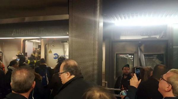 Testigos citados por medios locales indicaron que, al parecer, la unidad no hizo una parada completa al entrar en la terminal y chocó con los topes de una vía muerta