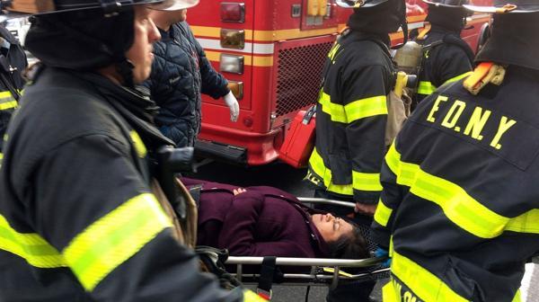 Los bomberos llegaron rápido al lugar para el traslado de los heridos (AP)