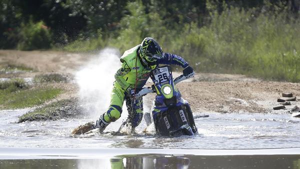 El piloto francés Adrien Metge lucha con su moto Sherco Tvs tras caer en un río durante la segunda etapa del Rally Dakar que se correrá en 2017 entre Asuncion, Paraguay y Resistencia, Argentina (AP)