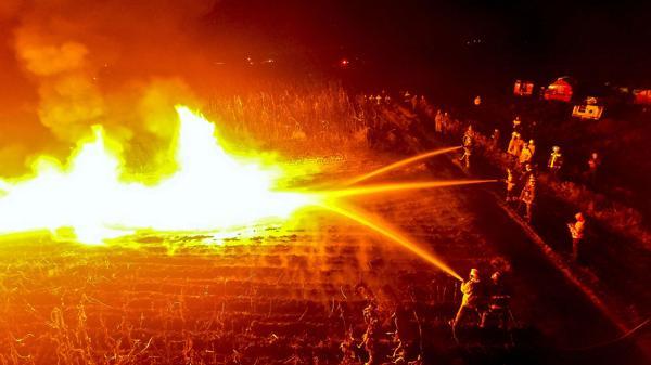 Bomberos intentan apagar un incendio producido por un intento de robo de combustible en Ixtlahuaca(AFP)