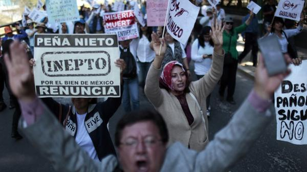 Protestas contra el gobierno por el aumento del precio del combustible, de hasta 20% (AFP)