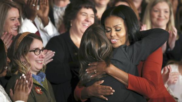 Los docentes y consejeros escolares escucharon con emoción a Michelle Obama en su último discurso (AP)