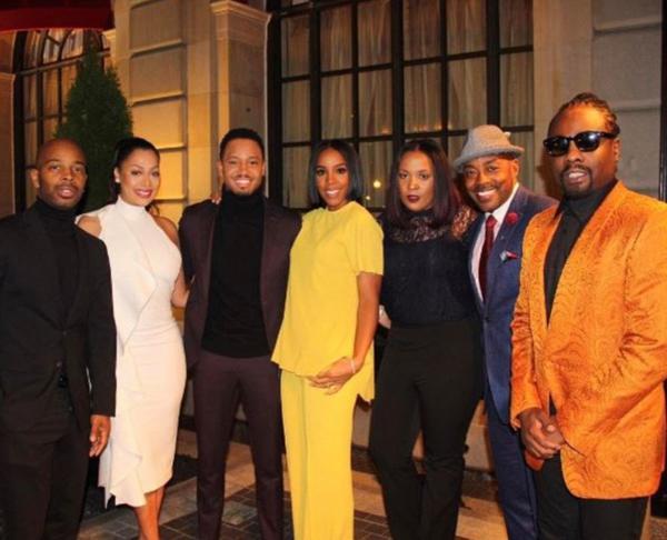 De izquierda a derecha, La La Anthony, Terrence J, Kelly Rowland, Will Packer y el rapero Wale posaron para una foto mientras se preparaban para bailar con el presidente y la primera dama