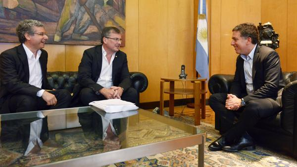 El experto tributarista de la UIA, Carlos Abeledo, y el presidente de la entidad fabril Adrián Kaufman Brea, visitaron al ministro de Hacienda, Nicolás Dujovne