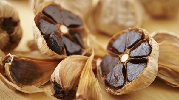 El ajo negro es un alimento que se consigue cocinando en ciertas condiciones al ajo blanco (iStock)