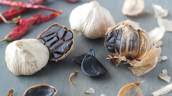 Después de un largo proceso de cocción, el ajo negro adquiere sabores muy variados(iStock)
