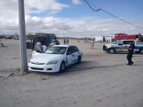 Fotografía cedida por la Procuraduría Federal de Protección al Ambiente (Profepa) y la secretaría de la Defensa Nacional (Sedena) que muestra la detención de una persona que pretendía comercializar un buche de pez Totoaba, en el estado de Baja California (México). (EFE)