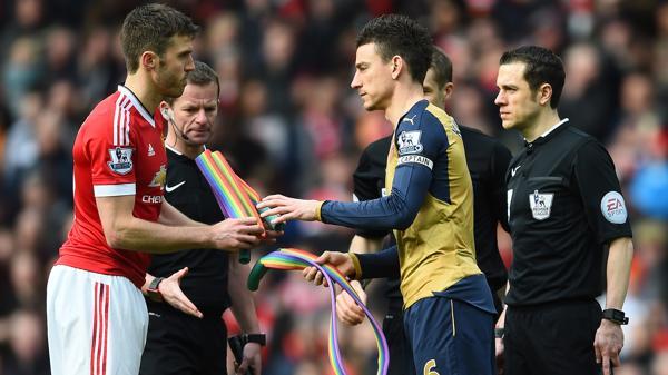 """En Inglaterra proponen que los futbolistas gays """"salgan del clóset"""" en grupo"""