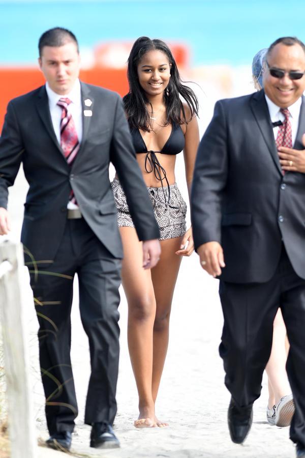 Sasha Obama con su custodia durante su paseo por la playa (Grosby Group)