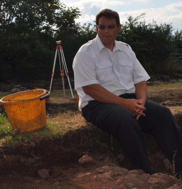 Stuart Wilson, cerca de una de sus excavaciones en el presunto sitio donde estuvo la ciudad medieval perdida de Trellech (Tamar Rubinstein)