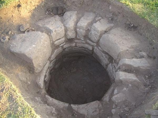 Un pozo desenterrado, en el que se hallaron varios objetos (lostcityoftrellech.co.uk)