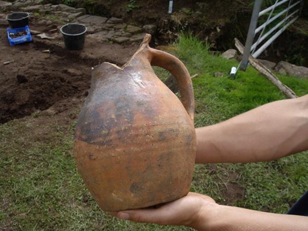 En el campo se hallaron hierro y cerámicas medievales (lostcityoftrellech.co.uk)