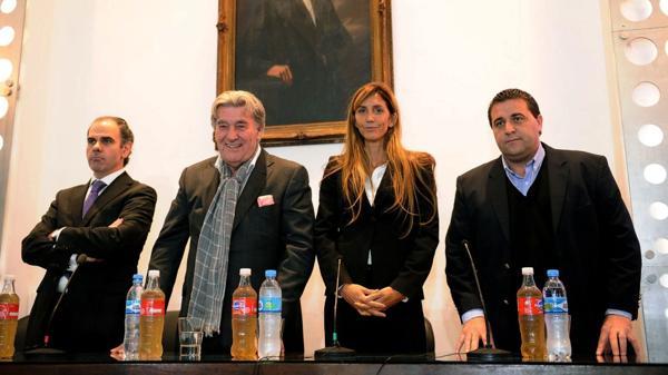 Javier Medín, vicepresidente de la Comisión; Armando Pérez, presidente; Carolina Cristinziano, secretaria; y Pablo Toviggino, tesorero. (Télam)
