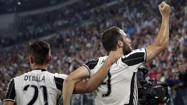 Gonzalo Higuaín festeja su gol junto a Dybala y de cara al público (Reuters)